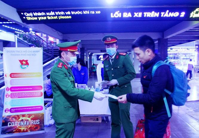 Thanh niên Thủ đô tuyên truyền phòng chống dịch bệnh Covid -19 tại bến xe Nước Ngầm, Hà Nội