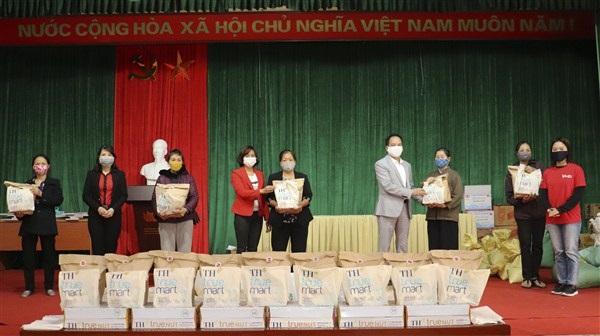 Mỗi suất quà trị giá 300 nghìn đồng gồm các nhu yếu phẩm cho 30 phụ nữ có hoàn cảnh khó khăn của mỗi địa phương
