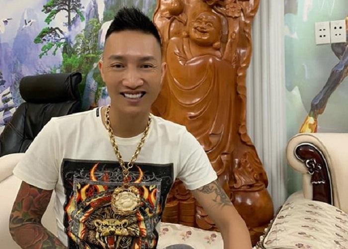 Huấn Hoa Hồng tên thật là Bùi Xuân Huấn, được mệnh danh là giang hồ mạng, từng bị bắt đi cai nghiện bắt buộc vì dương tính với ma túy
