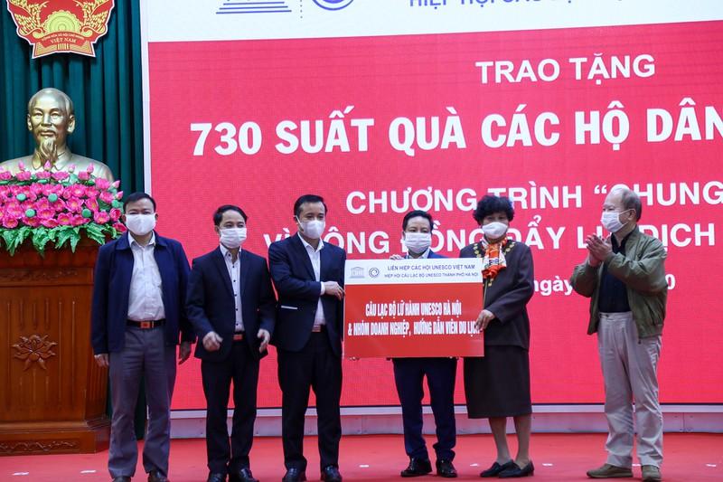 Câu lạc bộ lữ hành UNESCO Hà Nội cùng nhóm doanh nghiệp, hướng dẫn viên du lịch trao tặng quà cho các hộ khó khăn tại Ba Vì.