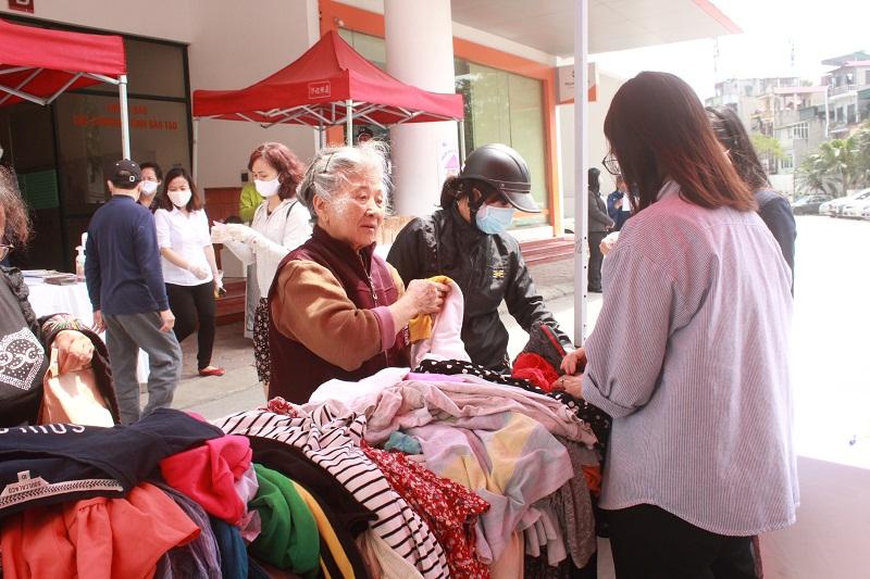 Bên cạnh hoạt động phát suất ăn miễn phí CWD còn phát  còn phát thực phẩm thiết yếu và quần áo