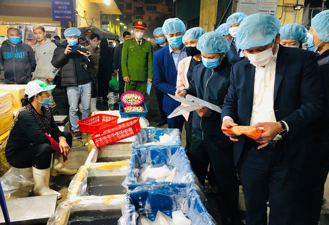 Đoàn kiểm tra của Sở NN&PTNT Hà Nội kiểm tra an toàn thực phẩm tại chợ Long Biên (quận Ba Đình).