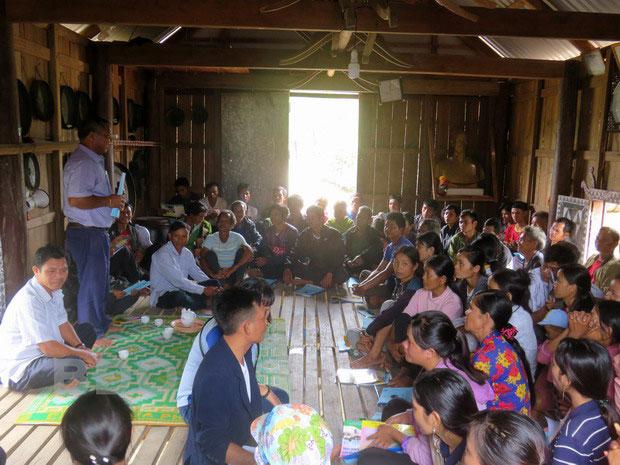 Người dân làng Kà Bưng (xã Canh Liên, huyện Vân Canh, Bình Định) nghe cán bộ Ban Dân tộc tỉnh tuyên truyền về hệ lụy của tảo hôn và hôn nhân cận huyết.