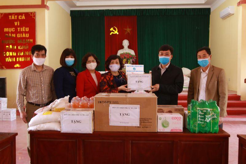 Đồng chí Lê Thị Thiên Hương, Phó Chủ tịch Hội LHP Hà Nội tặng tượng trưng quà gửi tới nhân dân thôn Đông Cứu và các lực lượng phòng chống dịch thông qua đại diện Hội LHPN và chính quyền địa phương
