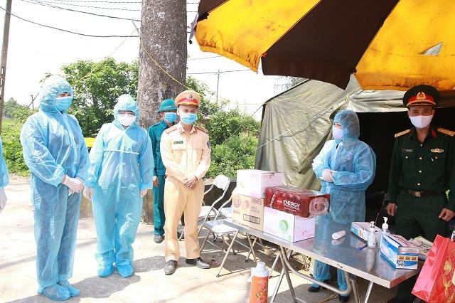 Đoàn công tác tới thăm, tặng quà động viên lực lượng làm nhiệm vụ tại chốt trực trên địa bàn thôn Đông Cứu