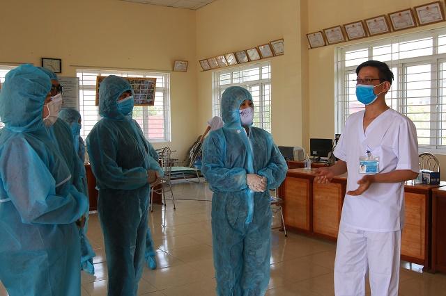 Đồng chí Lê Thị Thiên Hương thăm hỏi, động viên cán bộ y bác sĩ đang làm nhiệm vụ tại thôn Đông Cứu