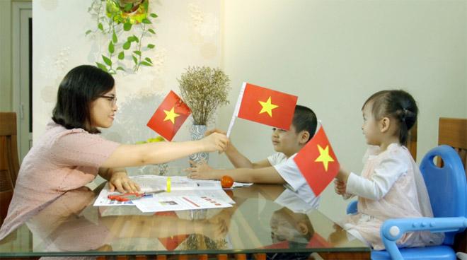 Độc giả được hướng dẫn tạo lá cờ Tổ quốc bằng trang báo in.