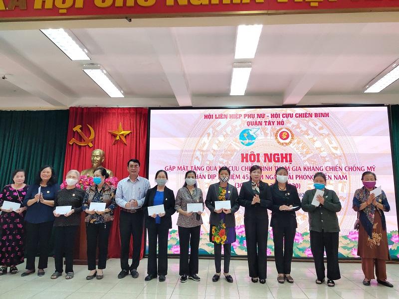 Các nữ Cựu chiến binh phường Tứ Liên nhận quà tri ân từ Đoàn công tác của Hội PN  và Hội CCB quận trao tặng