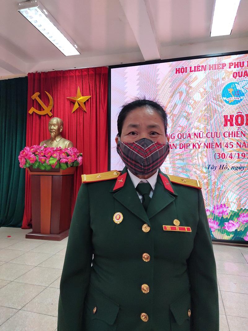 Bà Lê Thị Ngọc Mỹ- Cựu chiến binh phường Tứ Liên tham gia kháng chiến tháng 11/1971 phấn khởi và cảm ơn tình cảm của Hội PN và Hội CCB quận đã luôn quan tâm chia sẻ  động viên tới các nữ CCB trong thời gian qua