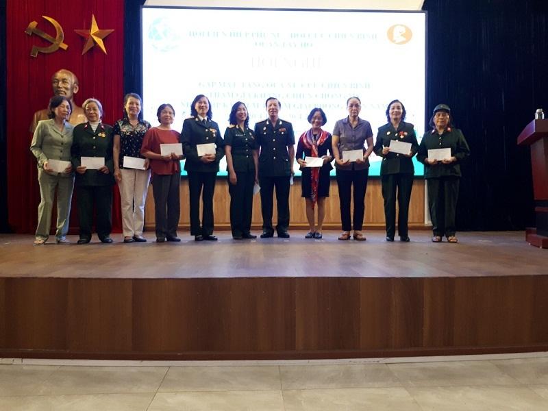 Các nữ Cựu chiến binh phường Xuân La nhận quà tri ân của Hội PN và Hội CCB quận trao tặng