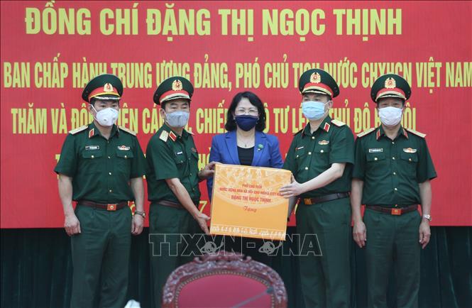 Phó Chủ tịch nước Đặng Thị Ngọc Thịnh tặng quà cho cán bộ, chiến sĩ thực hiện nhiệm vụ phòng, chống dịch COVID-19