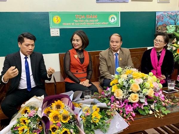 TS Nguyễn Thiện Trưởng và BS Đỗ Nam Khánh tư vấn trực tuyến cho phụ nữ trung niên về các giải pháp nâng cao sức khỏe