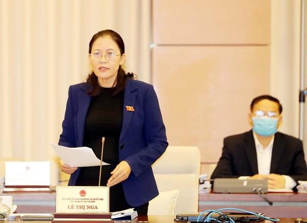 Chủ nhiệm Ủy ban Tư pháp Lê Thị Nga trình bày Báo cáo giám sát