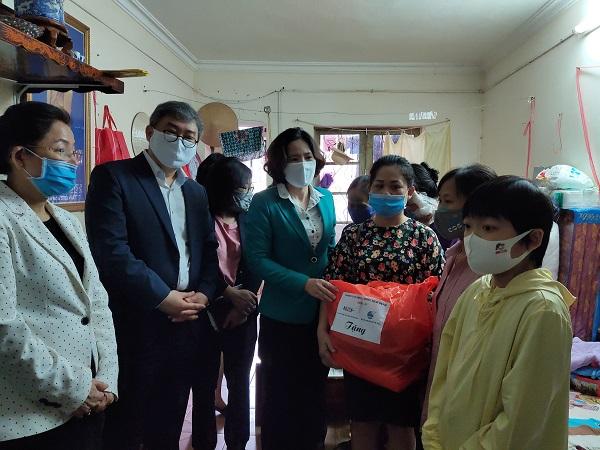 Các đồng chí lãnh đạo Trung ương  Hội LHPN Việt Nam, tổ chức KOICA; Hội LHPN Hà Nội, Hội PN cơ sở đã chia thăm hỏi tặng quà các bệnh nhân điều trị thận hiện đang thuê trọ trên địa bàn quận Đống Đa