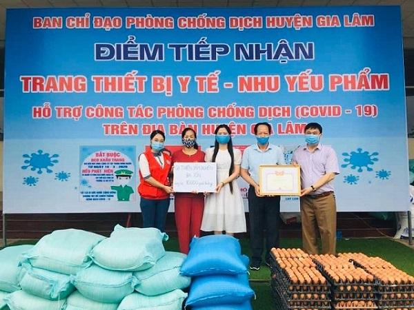 Chị Bùi Thị Kim Thanh (áo trắng ở giữa) tham gia  ủng hộ BCH phòng, chống dịch Covid-19 tại huyện Gia Lâm