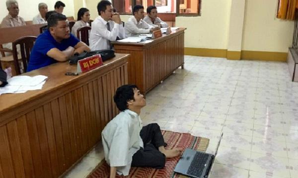 Người em tật nguyền Phạm Thanh Tùng trong một phiên tòa tìm lại công lý cho quyền thừa kế của mình