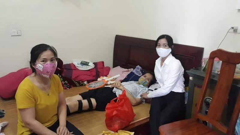 Hội Phụ nữ tới thăm và tặng quà tại hộ gia đình có hoàn cảnh khó khăn