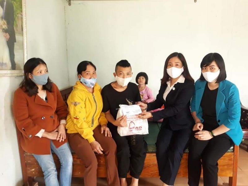 Hội Phụ nữ huyện Ba Vì đã trao tặng số tiền 7 triệu đồng của Nhóm Tôi tình nguyện và các nhà hảo tâm ủng hộ giúp đỡ cho cháu Hoàng Công Vũ - xã Vân Hòa