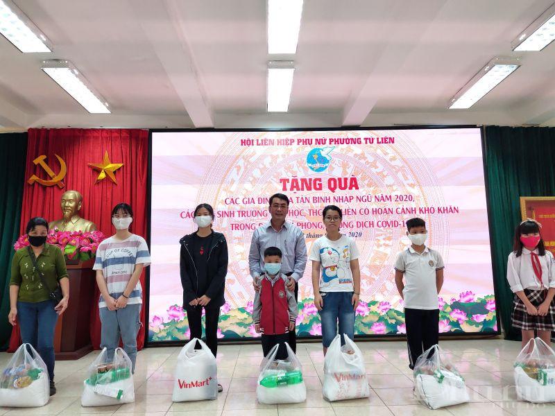 Đồng chí Trịnh Chí Thanh- Bí thư Đảng ủy phường Tứ Liên trao quà cho các em học sinh có hoàn cảnh khó khăn