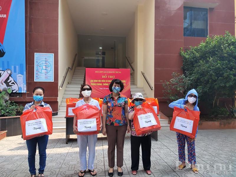 Đồng chí Tạ Thị Thanh Huyền- Chủ tịch Hội LHPN quận Hai Bà Trưng tặng quà cho hội viên phụ nữ khiếm thị có hoàn cảnh khó khăn trên địa bàn quận