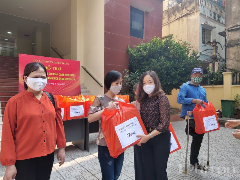 Đồng chí Nguyễn Hiền Phương- Phó Chủ tịch Hội LHPN quận Hai Bà Trưng trao quà hỗ trợ cho hội viên khiếm thị có hoàn cảnh khó khăn trên địa bàn quân.