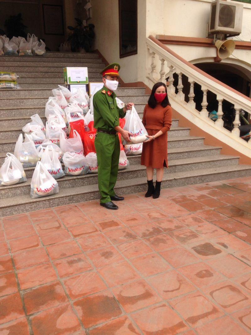 Hội Phụ nữ tặng quà cho lực lượng tuyến đầu chống dịch trên địa bàn phường Tứ Liên