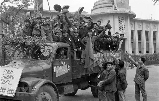 Thanh niên Thủ đô Hà Nội phấn khởi lên đường tòng quân chống Mỹ, cứu nước năm 1972. Ảnh: TTXVN
