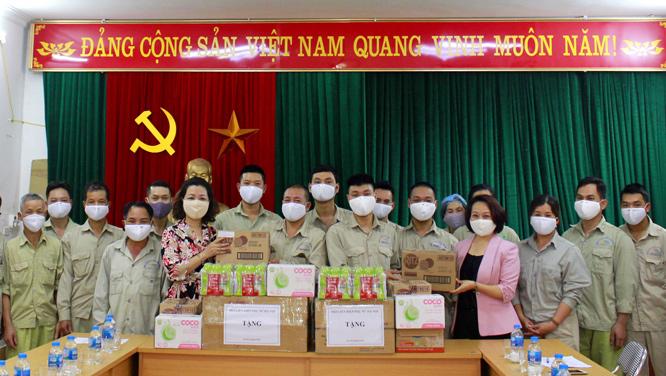 Phó Chủ tịch Hội LHPN Hà Nội Phạm Thị Thanh Hương (thứ 4 từ phải sang) tặng quà tổ vận chuyển rác các khu cách ly Urenco 13