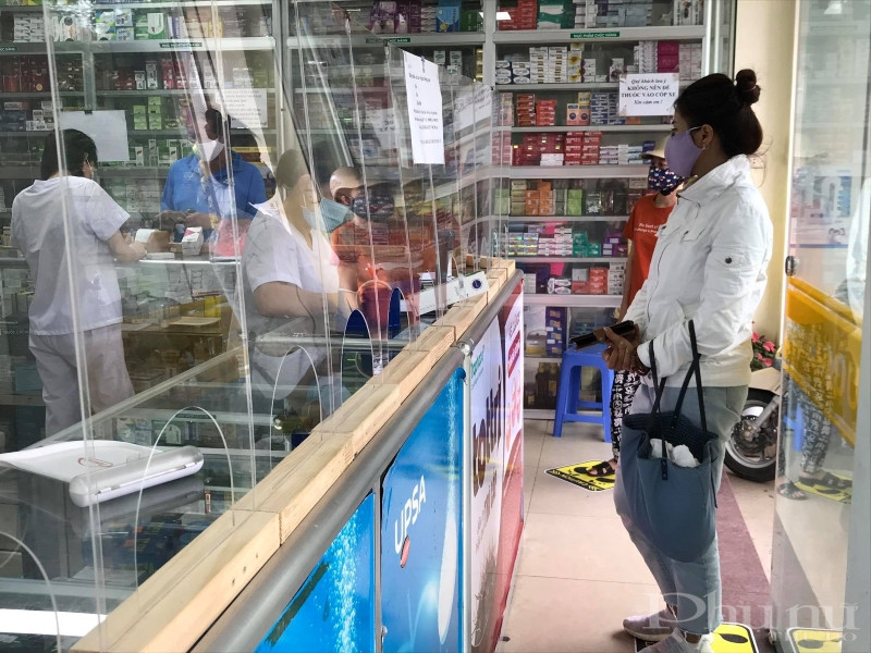 Rất nhiều biện pháp phòng chống dịch được triển khai triệt để tại các cửa hàng kinh doanh dược phẩm trên địa bàn Hà Nội.