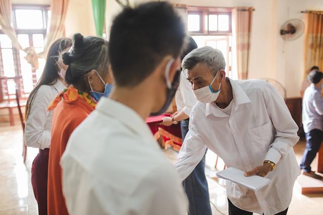 Cha Phạm Phương Thảo lên trao quà cho người đặc biệt khó khăn