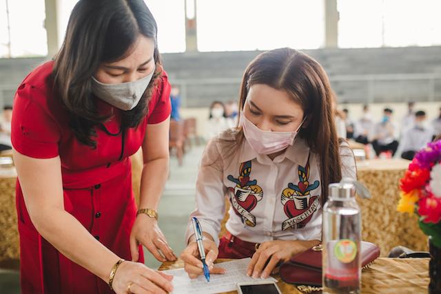 Cô hiệu trưởng trường Nguyễn Duy Trinh và Phạm Phương Thảo trong buổi trao từ thiện