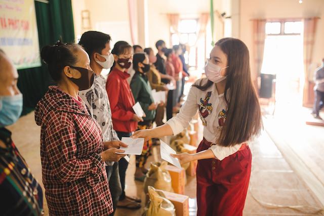 Phạm Phương Thảo trao quà cho người khó khăn ở Nghi Trung (Nghi Lộc- Nghệ An)