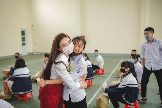 Các em học sinh có gia cảnh khó khăn cảm kích trước tấm lòng của Phạm Phương Thảo và các nghệ sĩ