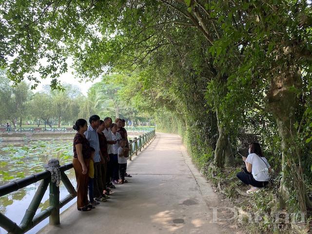 Các gia đình cùng nhau tới khu di tích Làng Sen tham quan và thắp hương tri ân nhân dịp nghỉ lễ