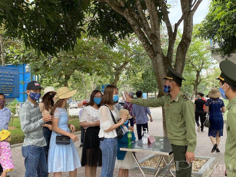 Du khách được đo nhiệt độ kỹ lưỡng tại khu di tích Làng Sen