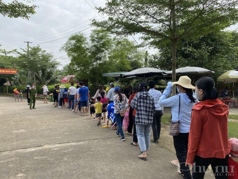 Du khách tới tham quan Khu di tích Hoàng Trù (quê ngoại Bác Hồ)