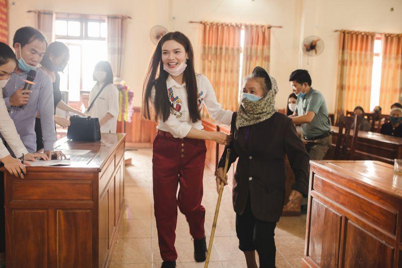 Phạm Phương Thảo giúp người già khó khăn đi lại lên nhận quà
