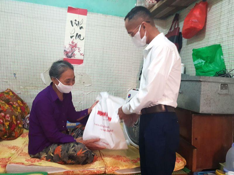 """Người dân """"xóm chạy thận"""" phường Đồng Tâm luôn nhận được sự quan tâm, chia sẻ của cộng đồng."""
