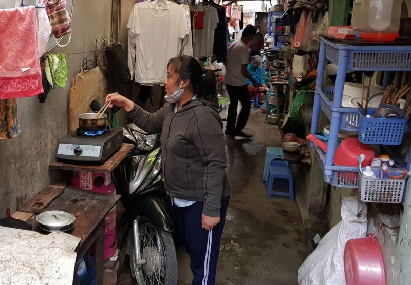 """Cuộc sống ổn định trở lại với các bệnh nhân """"xóm chạy thận"""". (Trong ảnh: Bà Trương Thị Thu, huyện Ý Yên, tỉnh Nam Định đang chuẩn bị bữa cơm trưa)."""