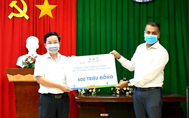 Ngày 16/4, tại Đồng Nai, ông Binu Jacob, Tổng giám đốc Nestle' Việt Nam đã phần quà các sản phẩm thực phẩm và thức uống dinh dưỡng ủng hộ cho đại diện Sở Y tế tỉnh Đồng Nai.