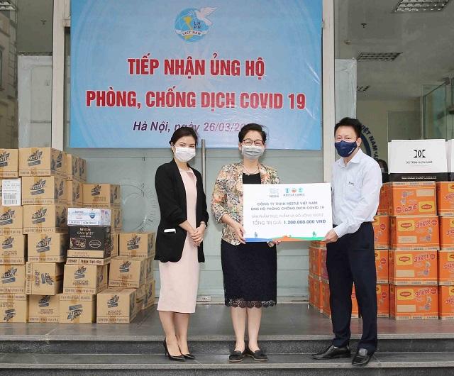 Nestle' Việt Nam trao hỗ trợ sản phẩm cho công tác phòng chống dịch cho Hội LHPN Việt Nam.