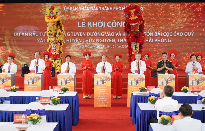 Thủ tướng thực hiện nghi thức khởi công dự án. Ảnh VGP/Quang Hiếu