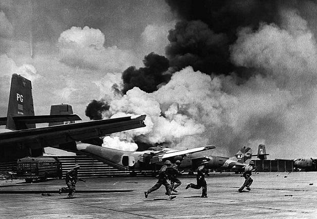 Lực lượng quân giải phóng tấn công sân bay Tân Sơn Nhất vào thời điểm ngày 30/4/1975.