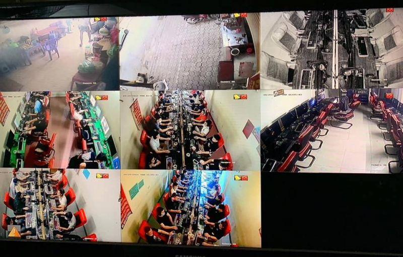 Khách đang chơi tại quán game internet tại số 24 Dịch Vọng Hậu.