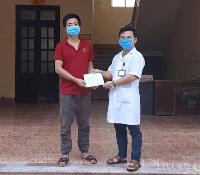 Bác sĩ BV huyện Kim Sơn trao xác nhận công bố khỏi bệnh cho BN 170.