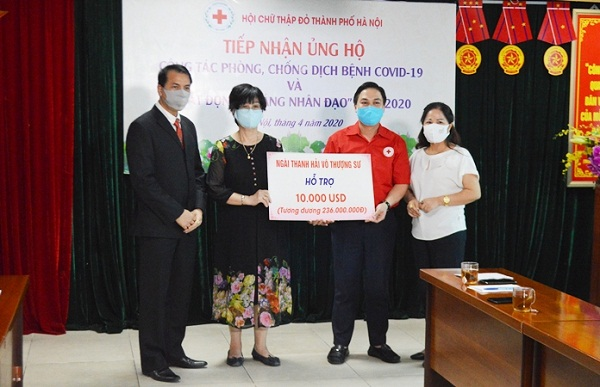 Đại diện Hội chữ thập đỏ TP. Hà Nội tiếp nhận ủng hộ từ các tổ chức, cá nhân