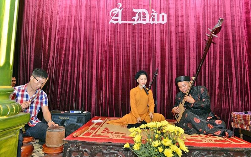 Một canh hát của CLB Ca trù Phú Thị.