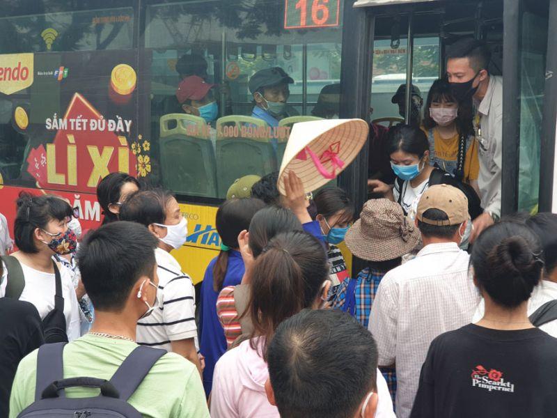Hành khách tranh nhau lên xe buýt.