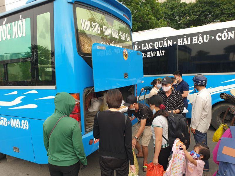 Hành khách về Bến xe Giáp Bát trong chiều 3-5.