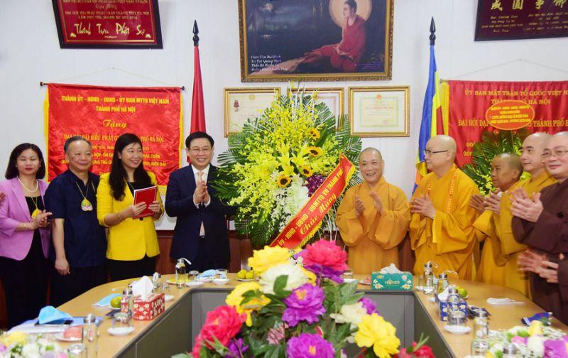 Bí thư Thành ủy Hà Nội Vương Đình Huệ chúc mừng Ban Trị sự Giáo hội Phật giáo Việt Nam thành phố Hà Nội.